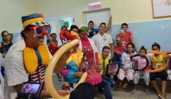 """Artistas escénicos participantes al Primer Encuentro de Payasos """"Diagnóstico de risas"""", llenan de risas a niños con dolencias oncológicas, en el Hospital pediátrico Eduardo Agramonte Piña, en Camagüey, el 24 de agosto de 2017. ACN FOTO/ Rodolfo BLANCO CUÉ"""